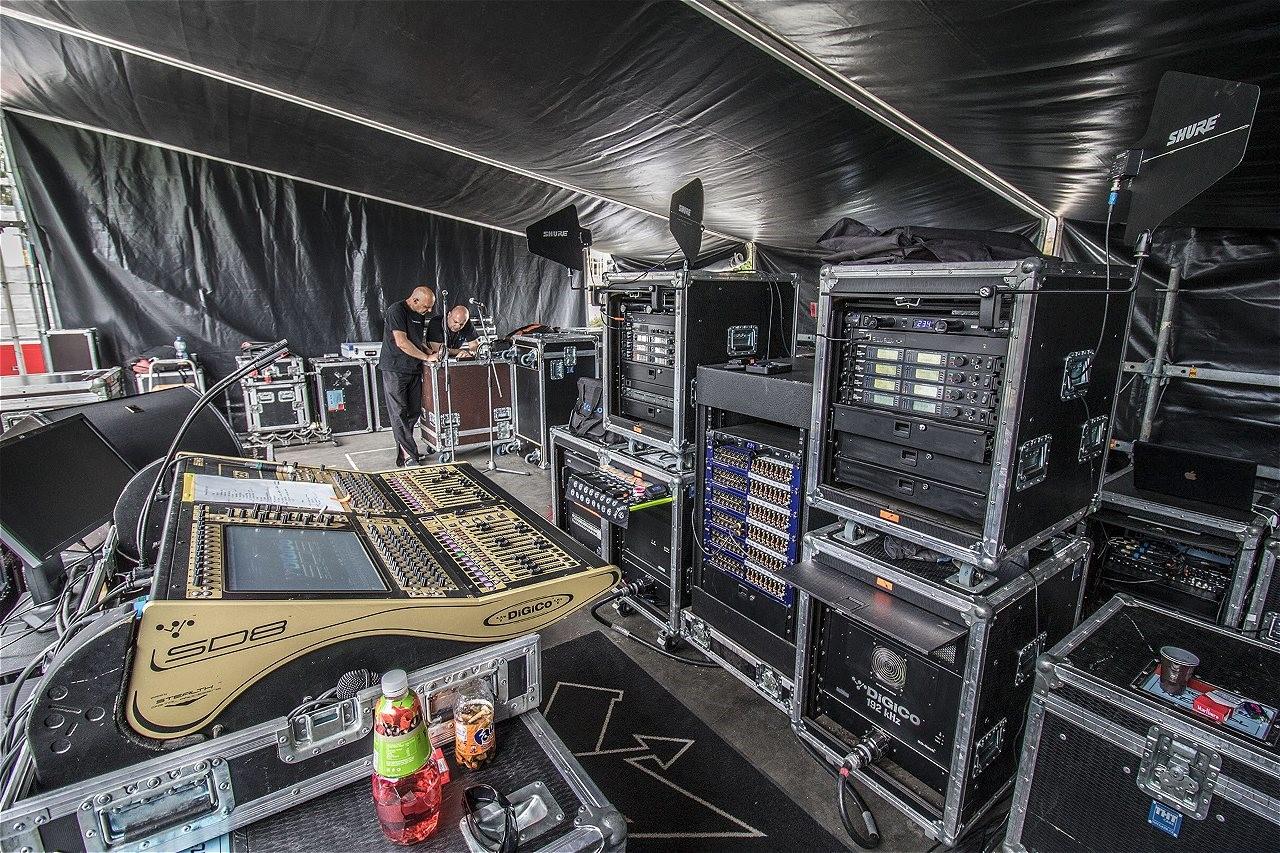 e178fb7297c4 Kabát Open Air Turné 2015 s mikrofony Audio-Technica