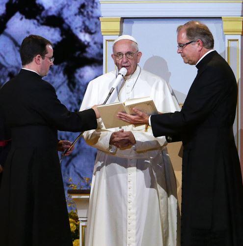 Papež František s mikrofonem AE6100